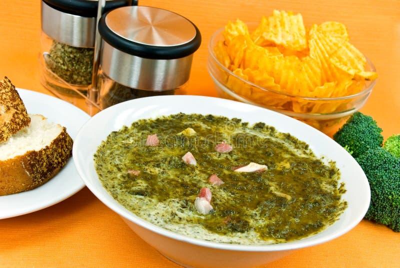 _gastrónomo poner crema sopa con verde col y rebanada o fotografía de archivo