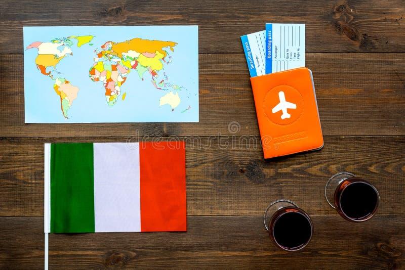 Gastronomical turystyka Włoscy karmowi symbole Paszport i bilety blisko włoch flagi, szkło czerwone wino, mapa świat obraz stock