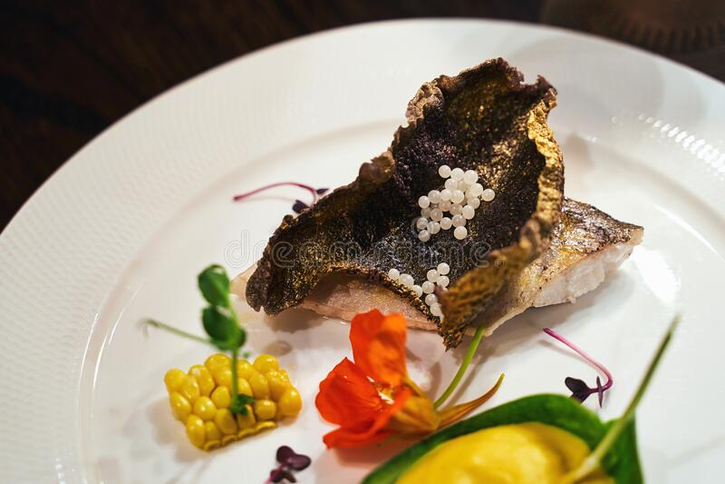Gastronomiekonzept Haute Cuisine geröstete Zander-Filet mit Kaviar- oder Kaviarperlen mit Kürbispüree und lizenzfreie stockfotos