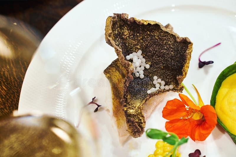 Gastronomiekonzept Haute Cuisine geröstete Zander-Filet mit Kaviar- oder Kaviarperlen mit Kürbispüree und stockfoto