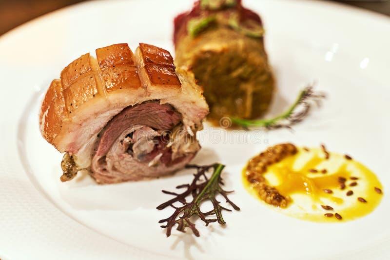 Gastronomiekonzept Haute Cuisine Traidiontal Westukrainische Schweinefleischroulade mit Bigos Jägern Eintopf Exquisite Exklusivit lizenzfreie stockfotos