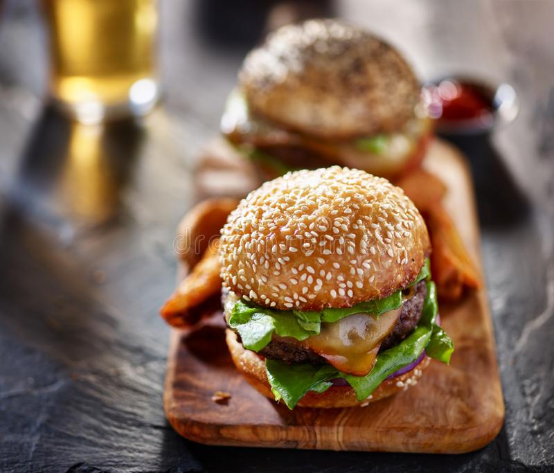 Gastronomische burgers met gebraden gerechten en bier stock afbeeldingen