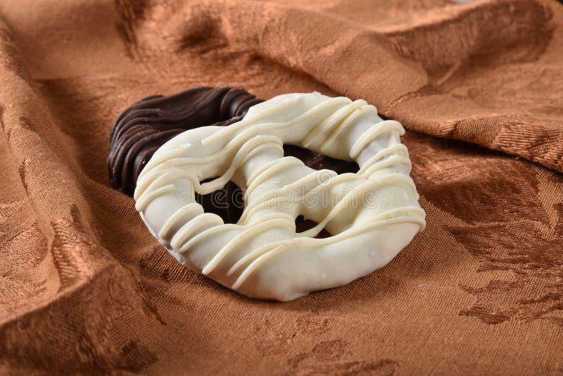 Gastronomische chocolade behandelde pretzels stock foto's