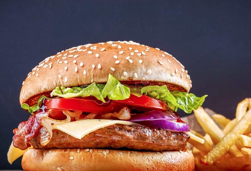 Gastronomische de hamburger thuis stock afbeeldingen