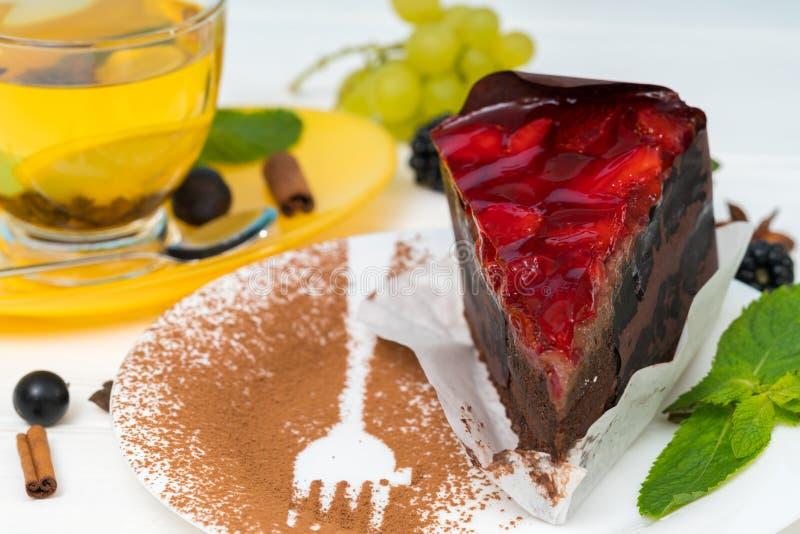 Gastronomische die chocoladecake met aardbeien wordt bedekt stock fotografie