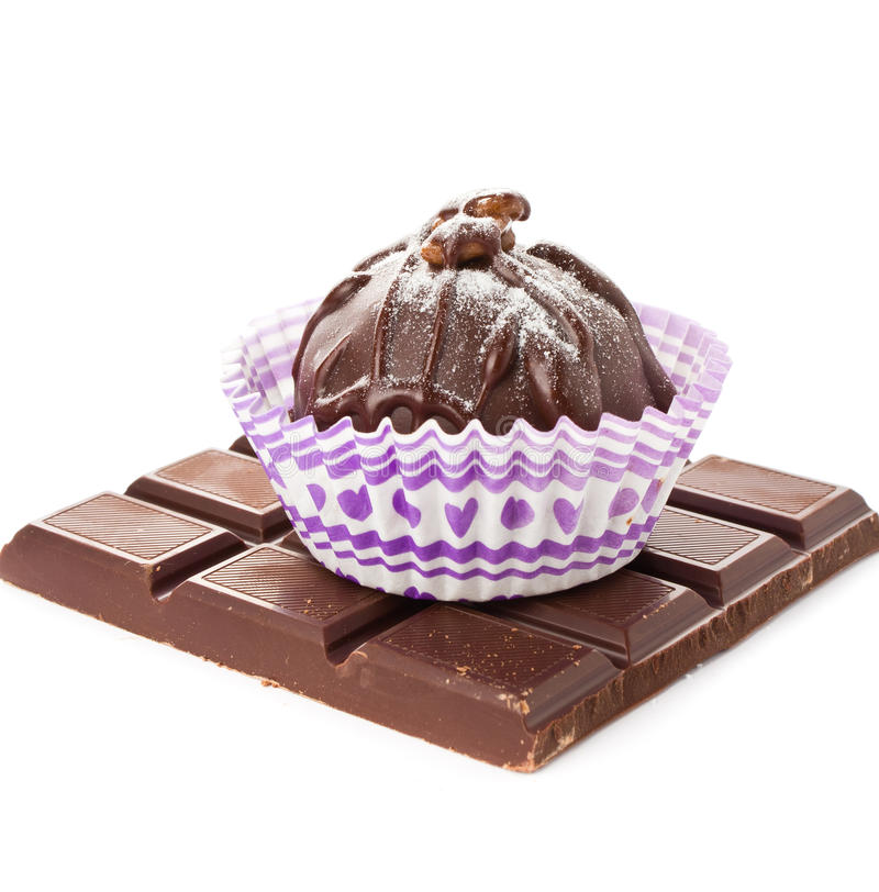 Gastronomische donkere die chocoladebonbons en een bar op witte backg wordt geïsoleerd stock afbeeldingen