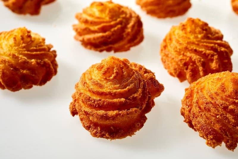 Gastronomische gebraden aardappelcakes in getolde spiralen stock foto's