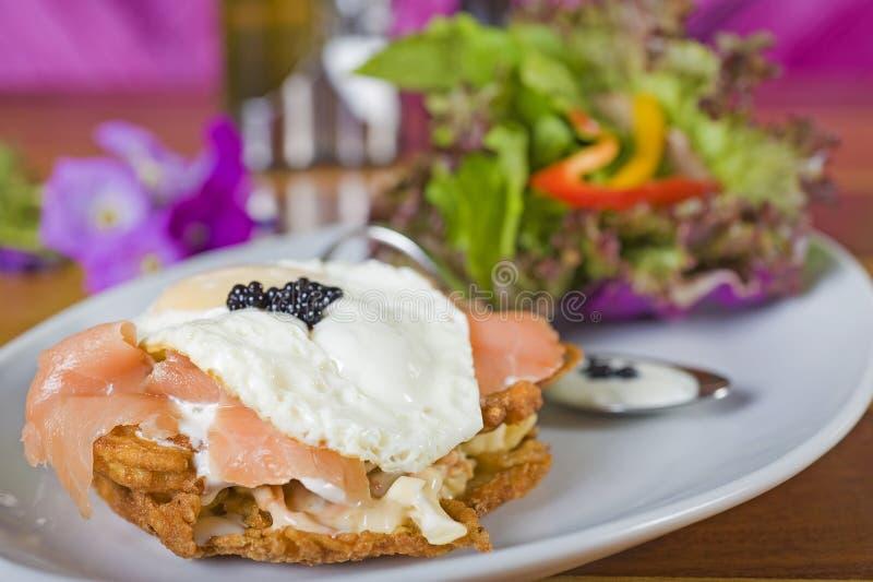 Gastronomische gerookte zalmhamburger royalty-vrije stock afbeeldingen