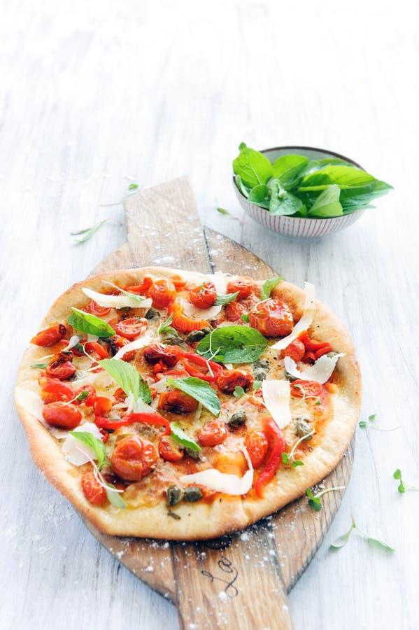 Gastronomische geroosterde tomatenpizza stock afbeelding