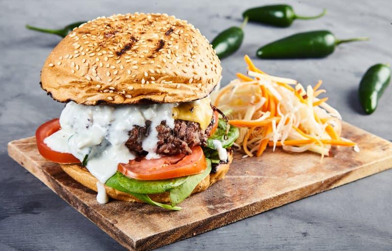 Gastronomische hamburger met spinazie en kruidige jalapenos stock foto