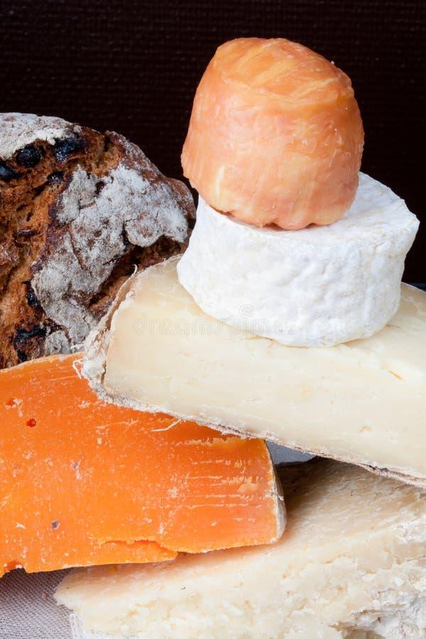 Gastronomische Kaas Tray Served aan boord van Verscheidenheid van Kazen op Lijst royalty-vrije stock foto