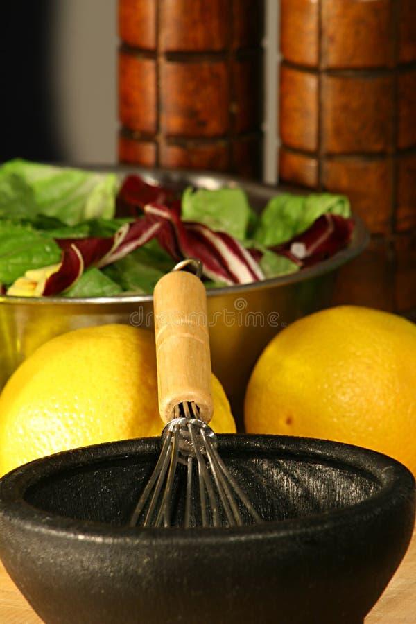 Gastronomische salade & het kleden zich - verticaal royalty-vrije stock afbeelding