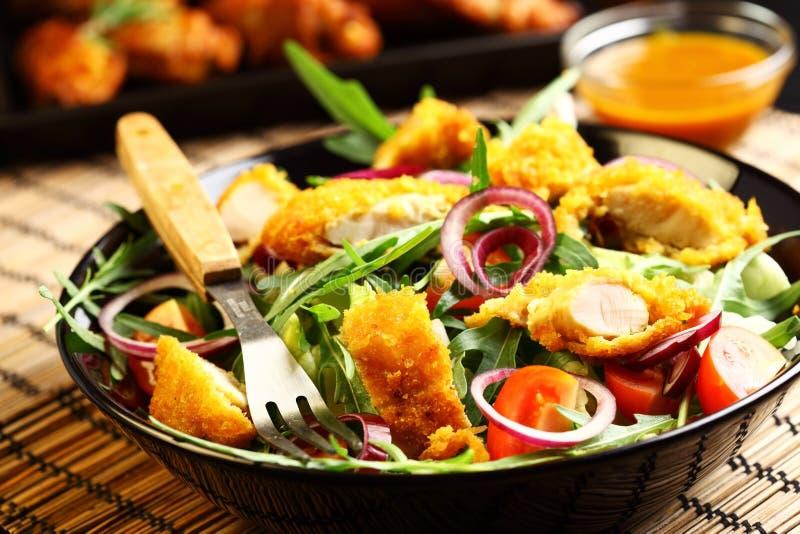 Gastronomische salade met de strepen van de kerriekip stock fotografie