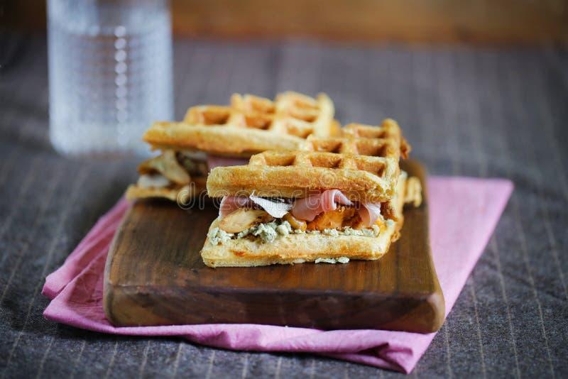 Gastronomische sandwich van wafels, prosciutto, kaas en paddestoelen royalty-vrije stock foto's