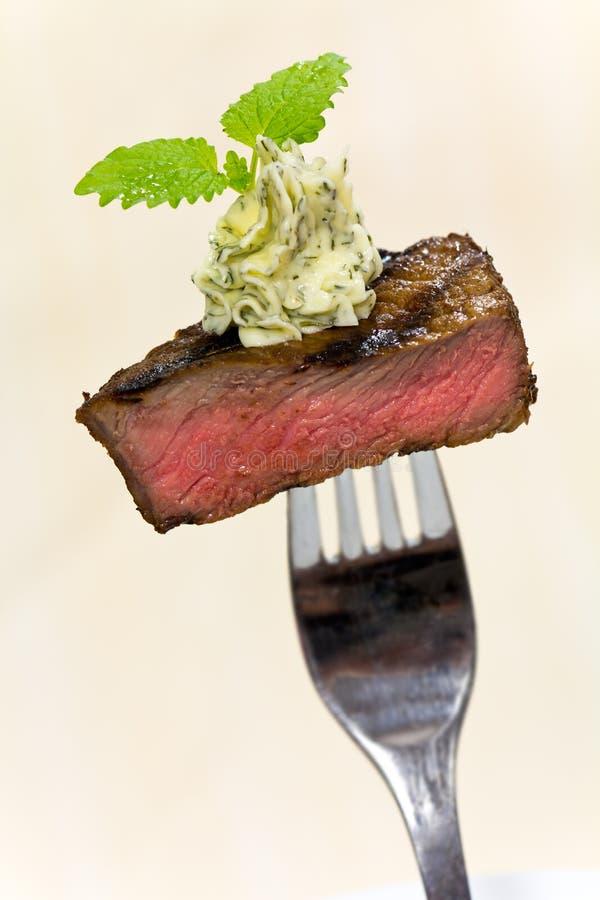 Gastronomische Tijd, stuk van een geroosterd lapje vlees met kruid stock afbeeldingen