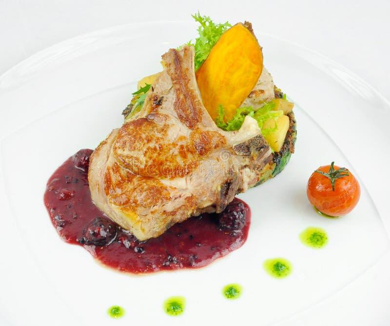 Gastronomische varkenskotelettenschotel met frambozenjam royalty-vrije stock afbeelding