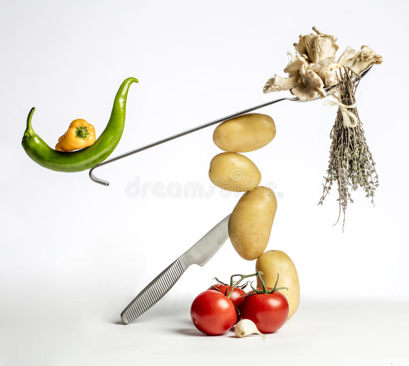 Gastronomische voedselsamenstelling met groenten en keukengerei royalty-vrije stock afbeeldingen