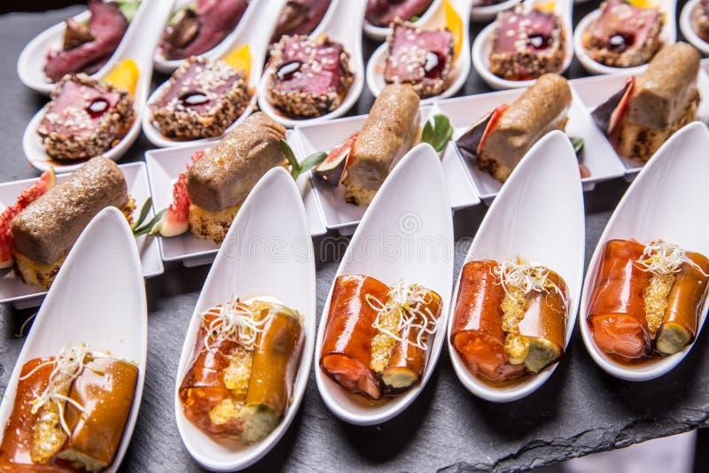 Gastronomische voorgerechten: foie gras, hertevlees, tonijn stock foto