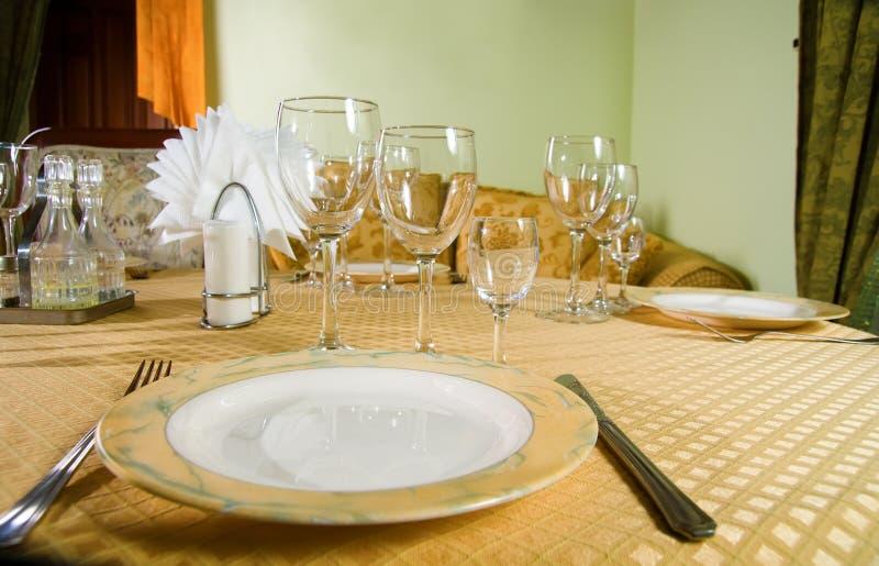 Gaststättetabelle mit Tischbesteck lizenzfreies stockfoto