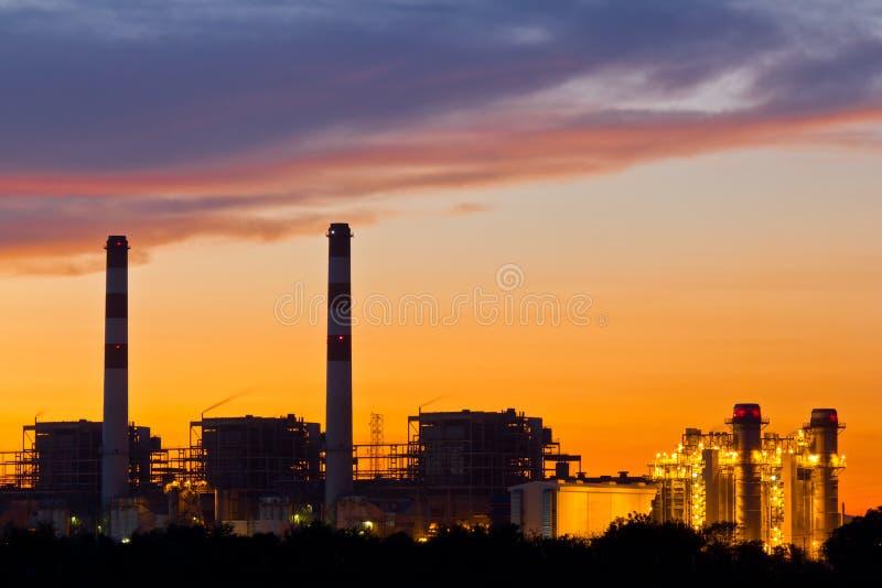 Gasturbine-Leistungsanlage an der Dämmerung lizenzfreie stockfotos