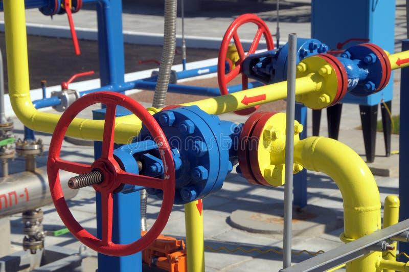 Gasventiler är på stationen för gaskompressorn royaltyfria bilder