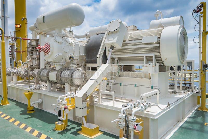 Gasverdichterkompressor in der Gasdampf-Wiederaufnahmeeinheit der zentralen Verarbeitungsplattform des Öls und des Gases stockbilder