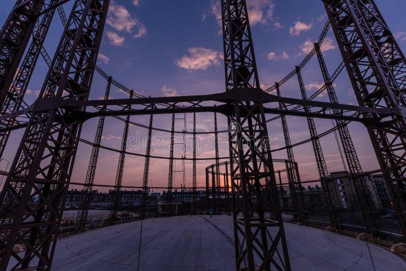 Gasverk i den norr London solnedgången royaltyfri fotografi