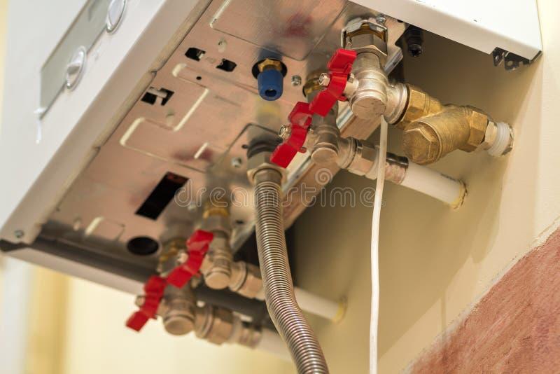 GasWarmwasserbereiterkessel für Hausheizung, Ansicht von unten Installation, Verbindung und Wartungskonzept lizenzfreies stockfoto