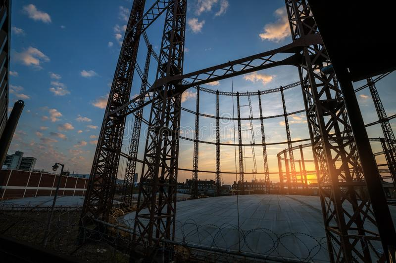 Gaswerk in Nord-London-Sonnenuntergang lizenzfreie stockfotografie