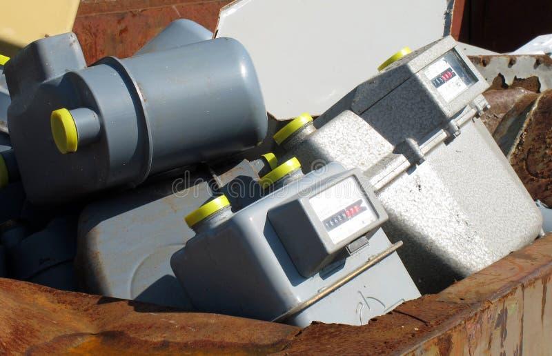 Gaszählwerke geworfen in überschüssige Aufschüttung lizenzfreie stockbilder