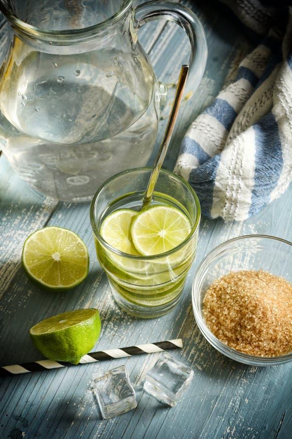 Gaszący wapno napój z owoc plasterkami w szkle zdjęcie royalty free