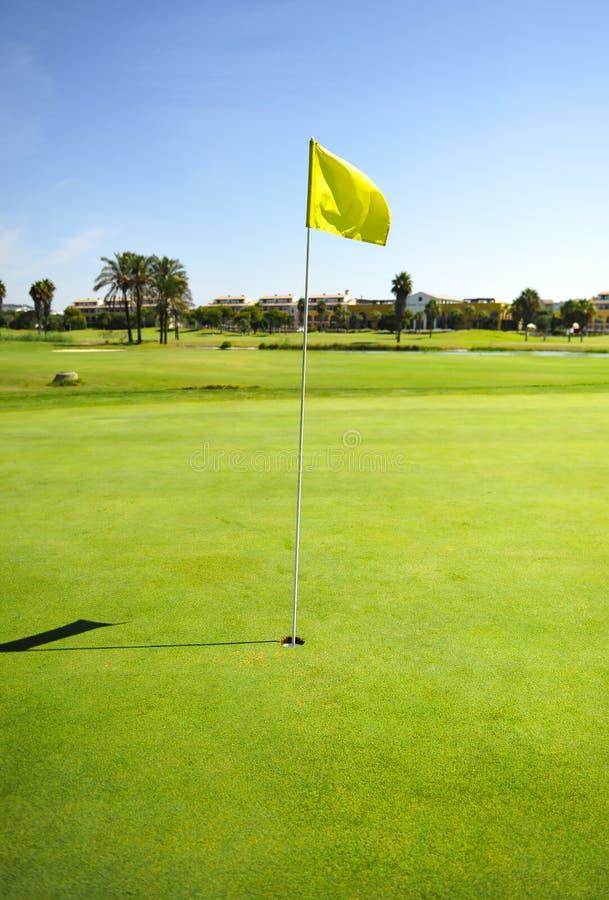 Gat en gele vlag in Costa Ballena Golf-cursus, Rota, de provincie van Cadiz, Spaingreen, royalty-vrije stock foto