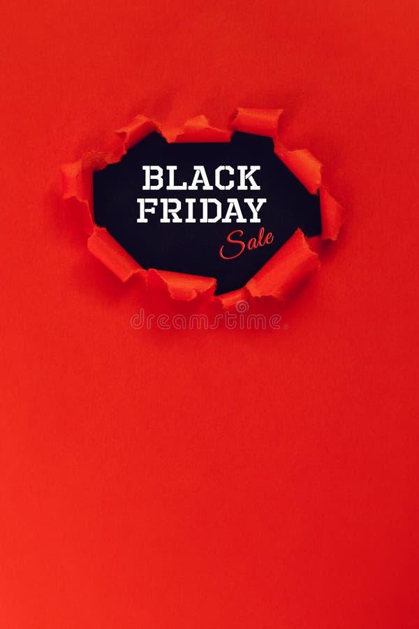 Gat in rood document De Verkoop van tekstblack friday De ruimte van het exemplaar stock fotografie