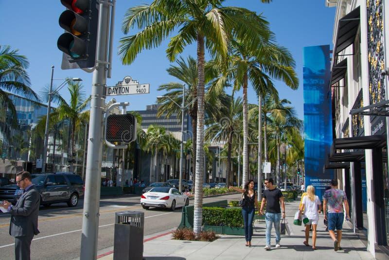 Gata av berömda Beverly Hills i Kalifornien sommartid arkivbilder