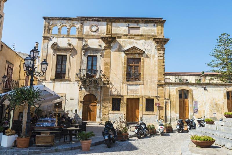 Gata av den gamla staden av Cefalu i Sicilien, Italien arkivbild