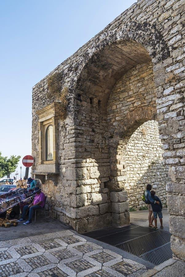 Gata av den gamla staden av Erice, Sicilien, Italien royaltyfri fotografi
