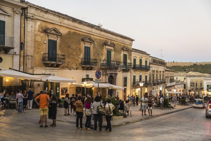 Gata av den gamla staden i Ragusa, Sicilien, Italien fotografering för bildbyråer