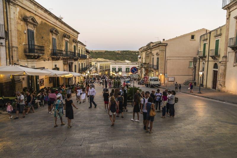 Gata av den gamla staden i Ragusa, Sicilien, Italien arkivbilder