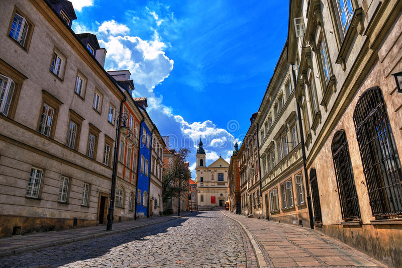 Gata av den gamla staden i Warszawa Gata Mostowa royaltyfria foton