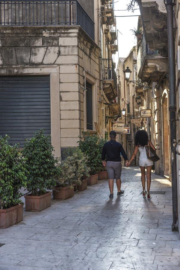 Gata av den gamla staden av Siracusa, Sicilien, Italien royaltyfri bild