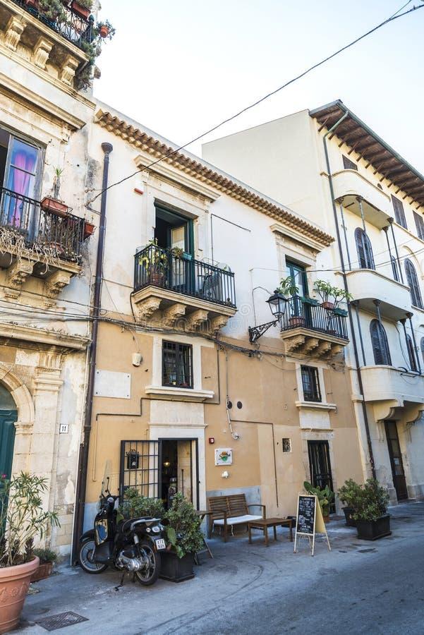 Gata av den gamla staden av Siracusa, Sicilien, Italien royaltyfria foton