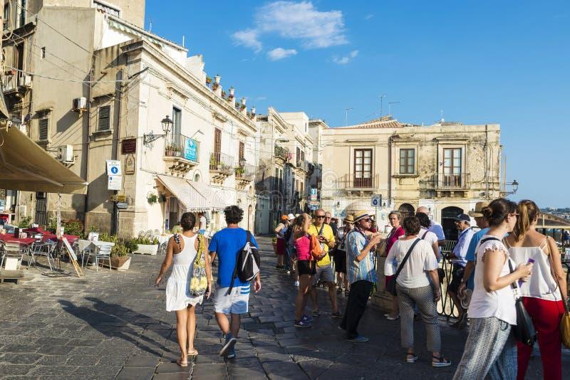 Gata av den gamla staden av Siracusa, Sicilien, Italien fotografering för bildbyråer