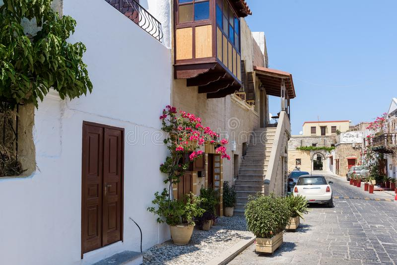 Gata av den Rhodes staden med gamla hus och smala gator Rhodes ö, Grekland royaltyfria bilder