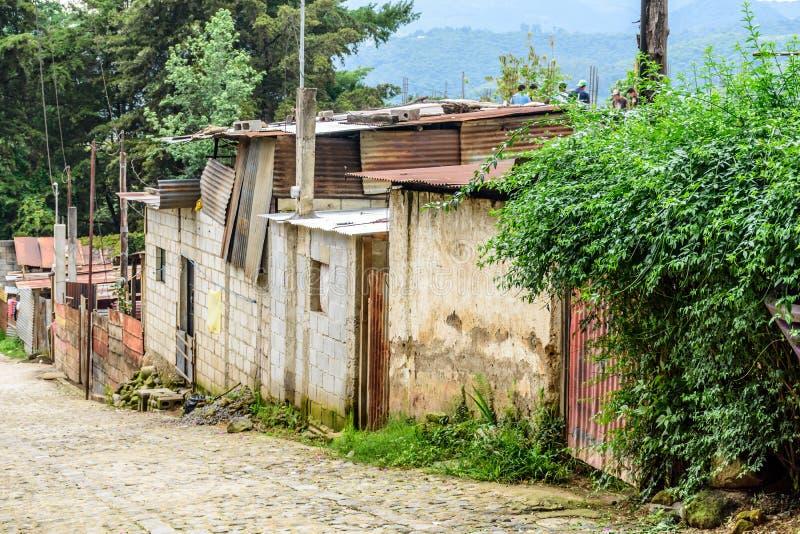 Gata av hus i guatemalansk by royaltyfri foto