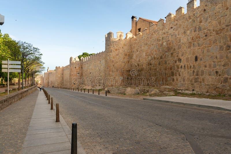 Gata av slingan och väggen av Ávila arkivfoto