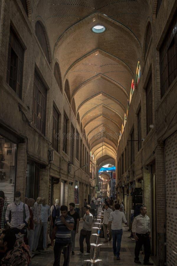 Gata av Teheran den huvudsakliga bazaren i morgonen i en dold gränd av marknaden arkivbilder