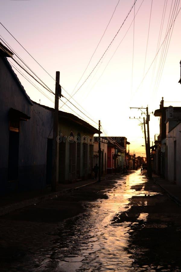 Gata efter regn under solnedgång cuba trinidad arkivbild