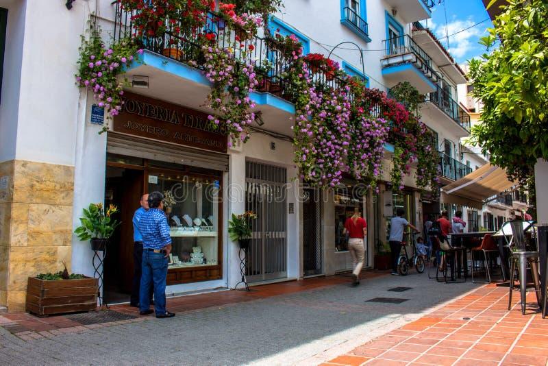 gata En solig dag i gatan av Marbella arkivfoto