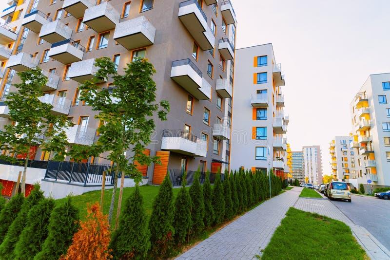 Gata för begrepp för fastighet för byggnadskomplex för lägenhethus bostads- royaltyfri fotografi