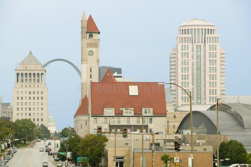 Gata för marknad för St Louis horisont ner med sikt av nyckelbågen och den fackliga stationen, Missouri fotografering för bildbyråer
